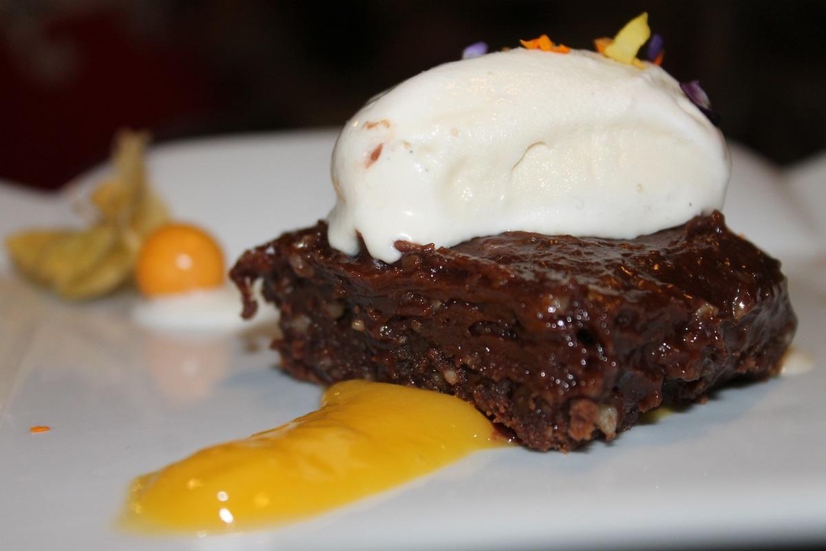 Helado de mango con brownie