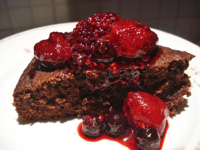 bizcocho chocolate y frutos rojos